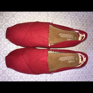 Size 7  red Toms